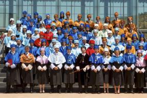 La Universidad de La Rioja impone las medallas y birretes acreditativos de nuevos doctores universitarios a investigadores del ICVV