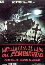 Cartel oficial en español de: Aquella casa al lado del cementerio